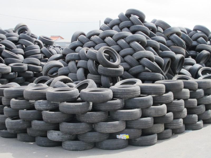 Insa-Turbo-neumáticos-a-la-espera-de-selección-para-su-reciclado-e1370811269922